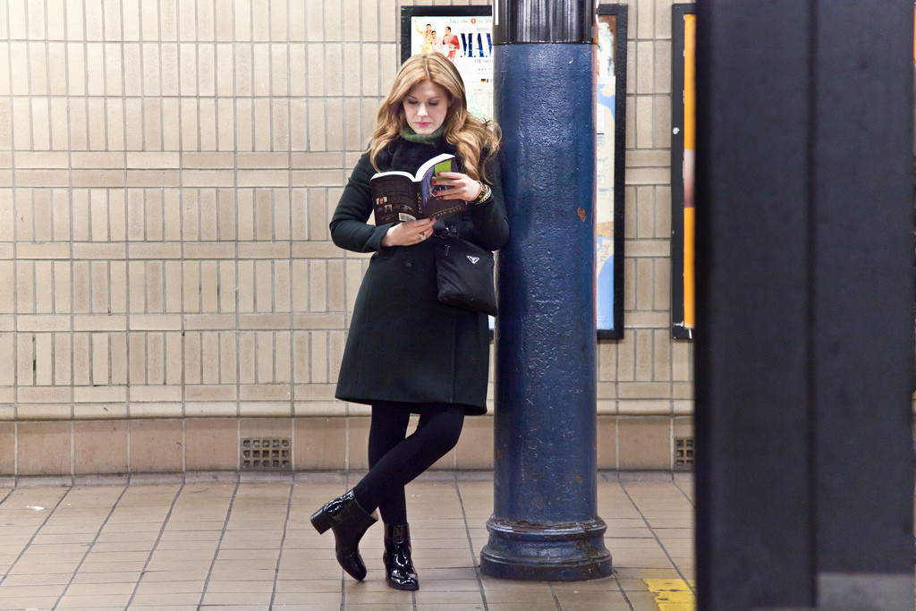 книги в метро Нью-Йорка