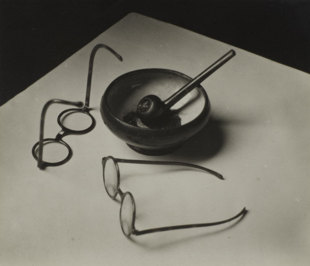 andre_kertesz_mondrian_s_glasses_and_pipe__paris
