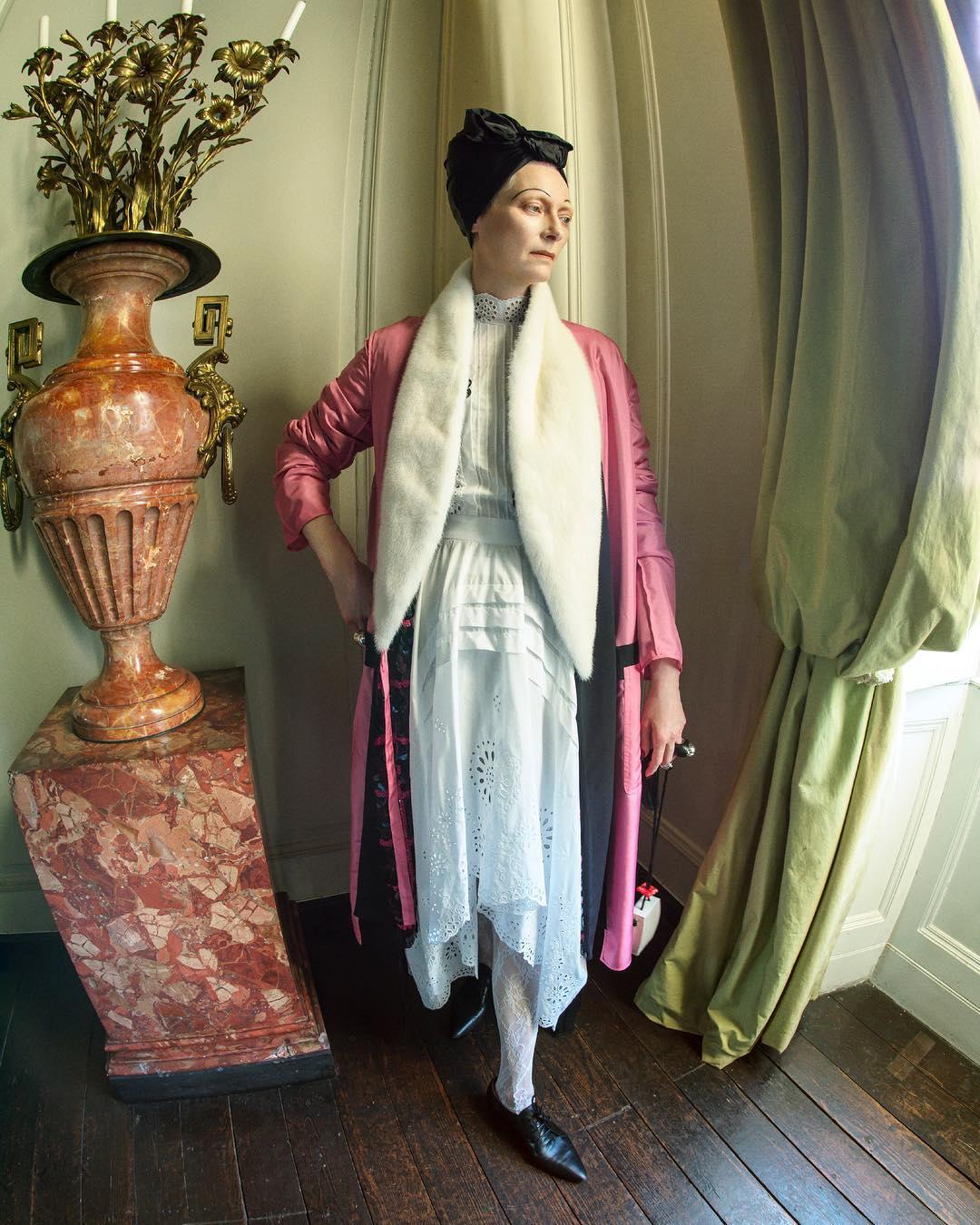 Тильда Суинтон в образе Эдит Ситуэлл