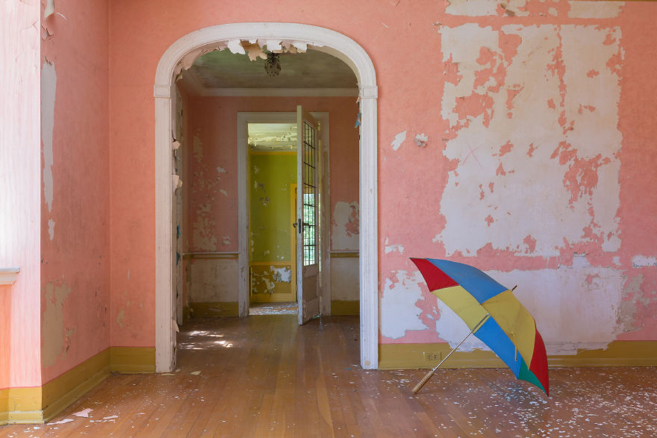 Circus-Familys-Crazy-Abandoned-Mansion-5d307a2457cdb__880
