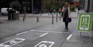 В Манчестере сделали специальные дорожки для людей со смартфонами